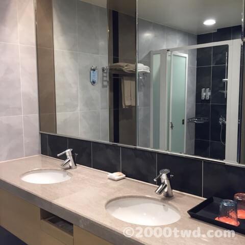 フーロンホテル リーパオランドのダブルボウル洗面台