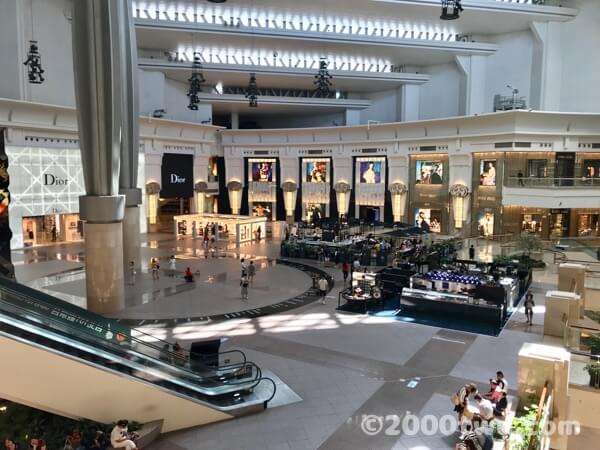 台北101の4階フロア中央エスカレーター