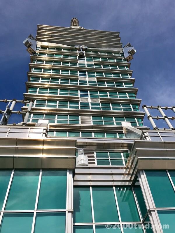 屋外展望台から見上げる台北101の最上階
