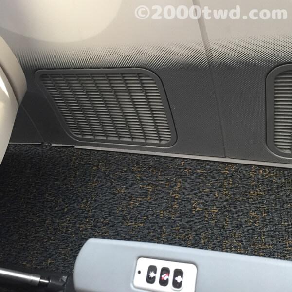 座席と壁の間のスペース