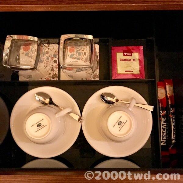 備え付けの食器とお茶