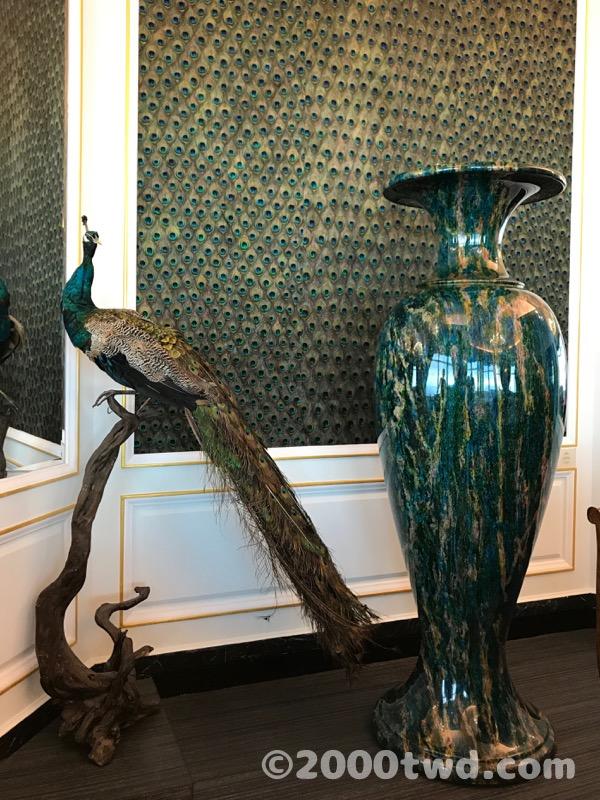孔雀の剥製と巨大な壺