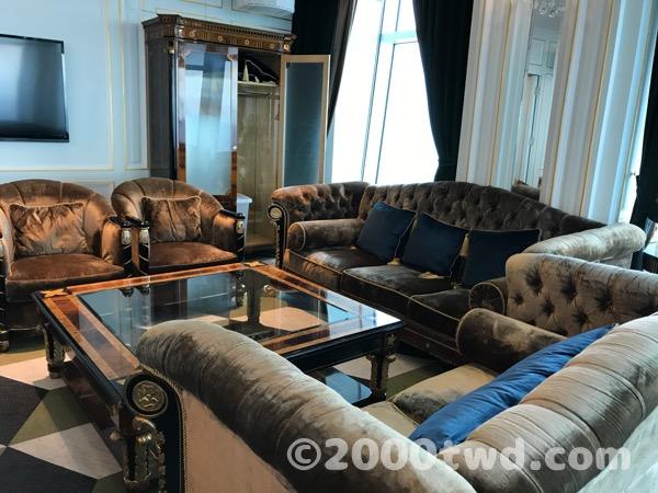 個室の中にあるソファーセット