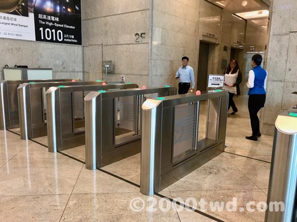 エレベーターホールへのゲート