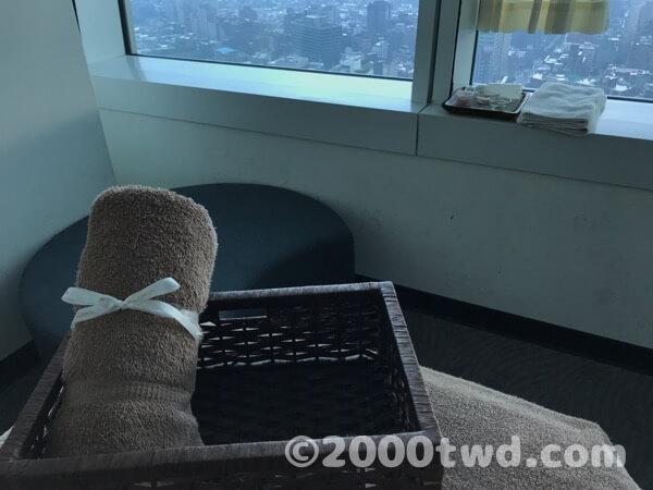 窓際の椅子に座ってフットスクラブ