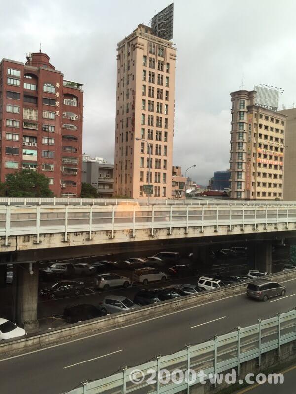 窓の外は高架道路