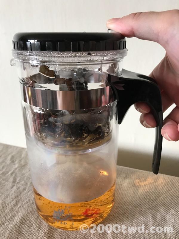 ボタンを押すとお茶が一気に落下する