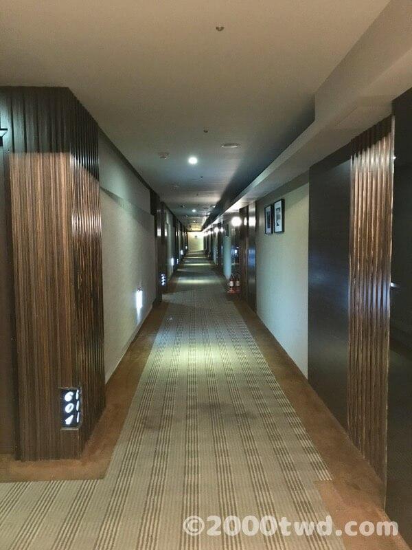 廊下。右側は宴会場