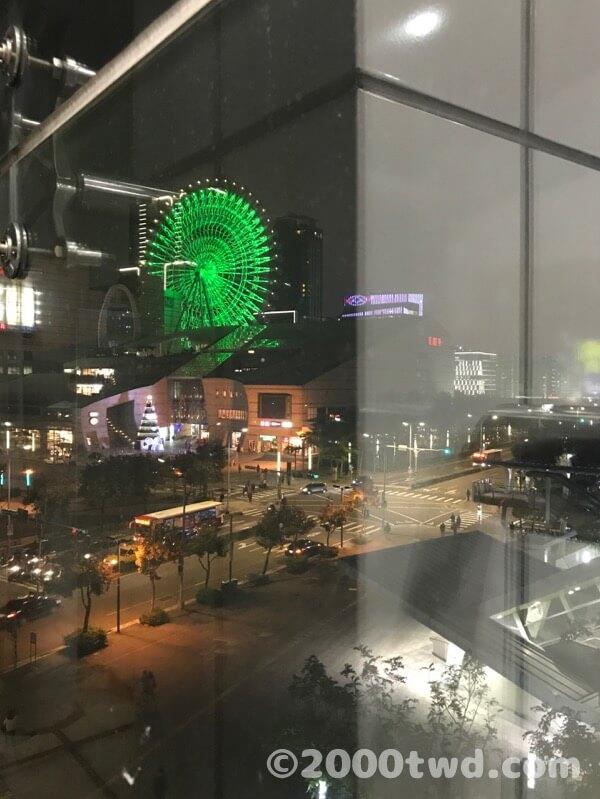 駅構内から見た美麗華の大観覧車(夜)