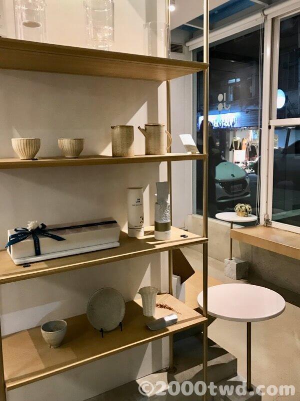 茶器の陳列棚と休憩スペース