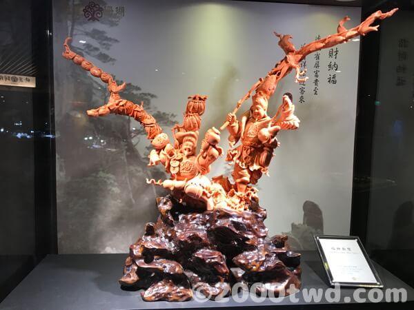 桃色サンゴの神様の彫刻
