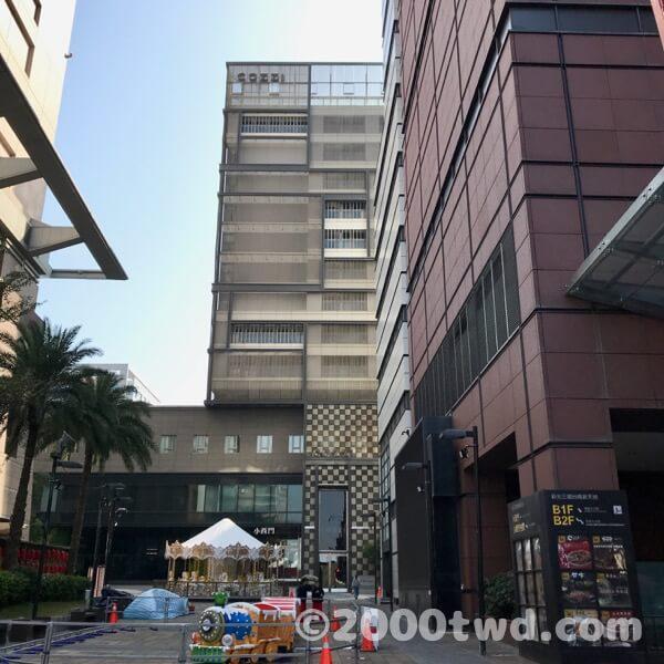 大通りから見たホテル。右手と下層階にあるのは新光三越デパート