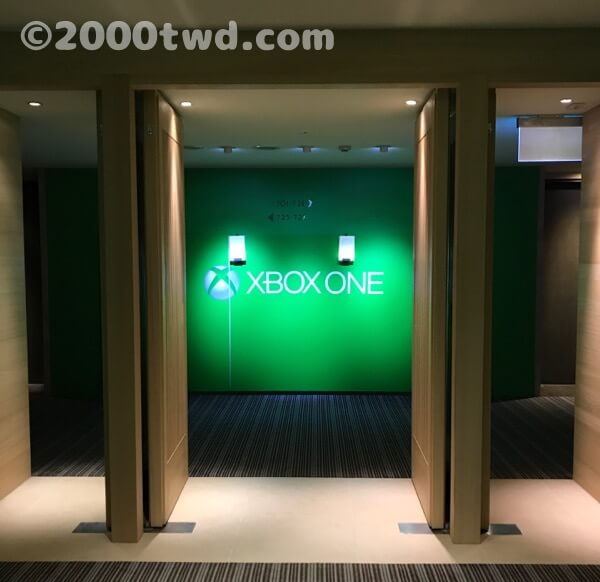 エレベーターホールから客室へ