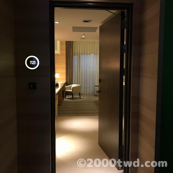 入り口から見ると普通の部屋ですが